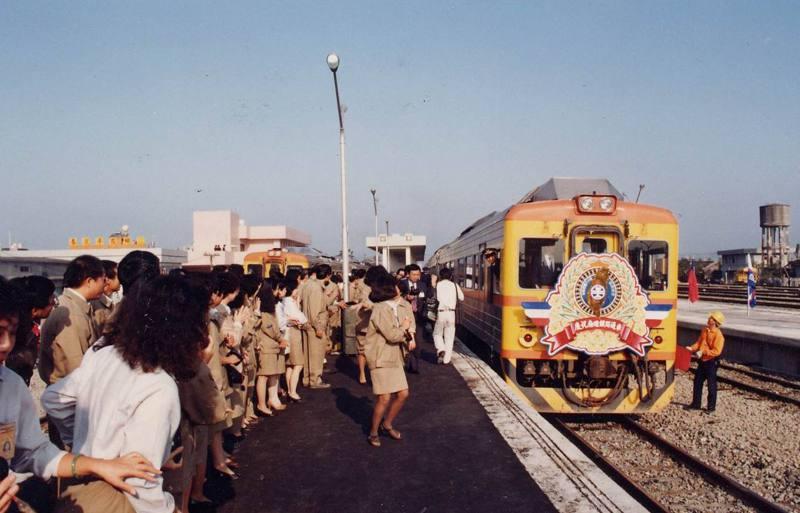 南迴專車緩緩駛進枋寮站,南迴鐵路工程處全體員工在月台迎接。圖/聯合報系資料照片