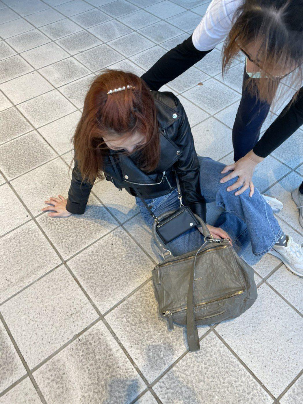 被記者逼問戀情,謝忻綜藝摔在地上。記者葉君遠/攝影