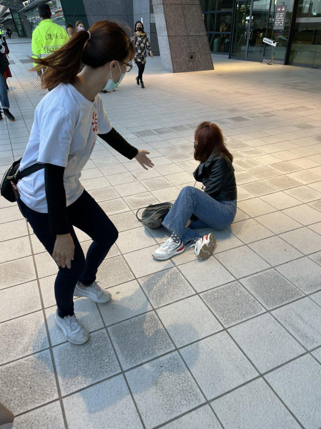 被記者逼問戀情,謝忻綜藝摔在地上,一旁工作人員見狀嚇到前往攙扶。記者葉君遠/攝影