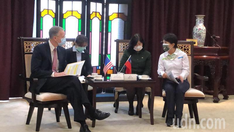 AlT處長酈英傑(左)拜訪台中市長盧秀燕。記者陳秋雲/攝影