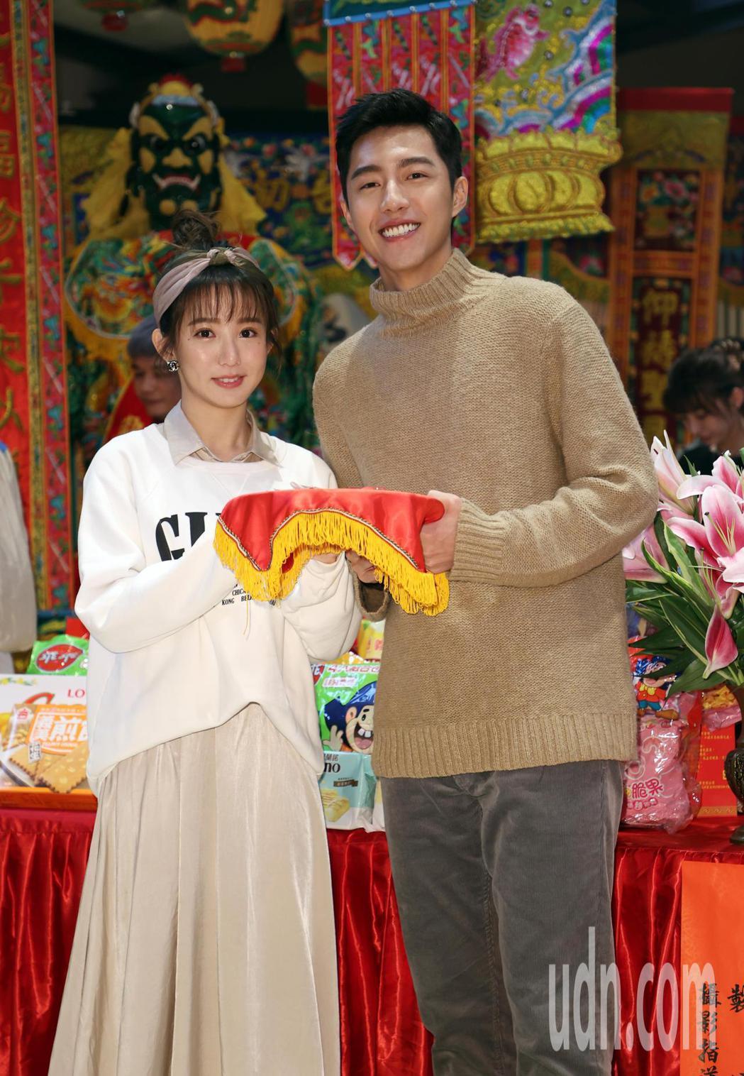 電影「再說一次我願意」開鏡儀式上午舉行,演員郭書瑤(左)、蔡凡熙(右)等人出席。