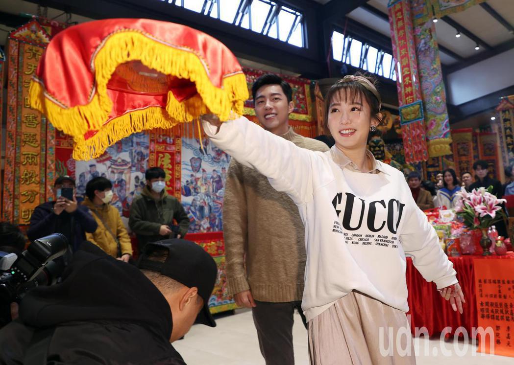 電影「再說一次我願意」開鏡儀式上午舉行,演員郭書瑤(右)、蔡凡熙(左)等人出席。...