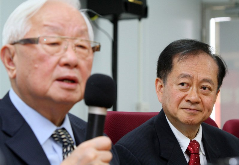 蔣尚義(右)赴大陸的半導體業發展,先在中芯擔任獨立董事,曾驚動了張忠謀(左)苦勸蔣不要擔任此職務。圖/聯合報系資料照片