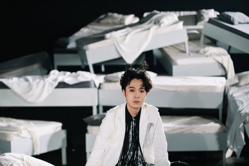 吳青峰在「沙灘上的佛洛一德」MV。圖/環球音樂提供