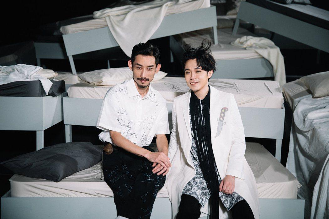 吳青峰(右)與陳竹昇合作「沙灘上的佛洛一德」MV。圖/環球音樂提供