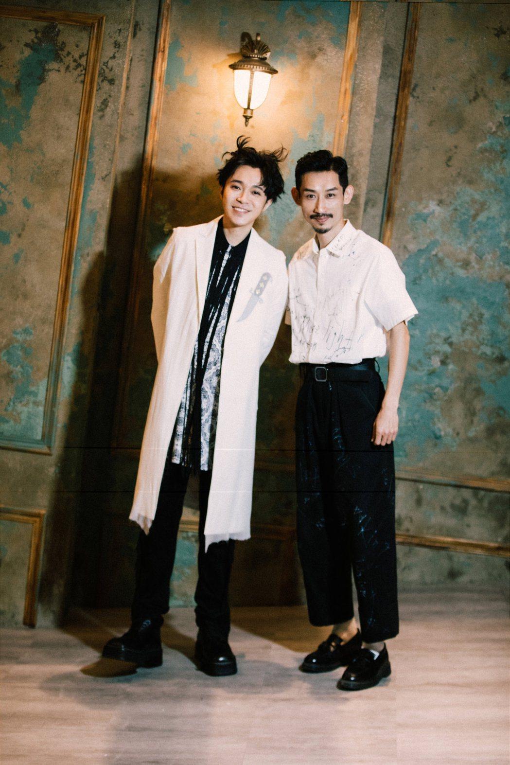 吳青峰(左)與陳竹昇合作「沙灘上的佛洛一德」MV。圖/環球音樂提供