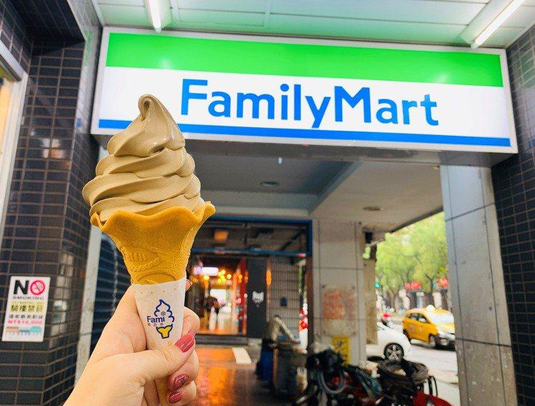 網友最愛前3名的全家便利商店「鐵觀音霜淇淋」將於12月20日強勢回歸,售價39元...