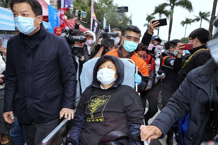 國民黨中常委沈智慧12日開始於立法院門口絕食,抗議美國萊豬開放進口,今日達97小...
