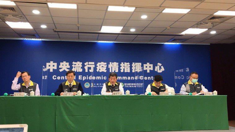 中央流行疫情指揮中心12月16日記者會,發言人莊人祥( 由左到右 )、專家諮詢小...