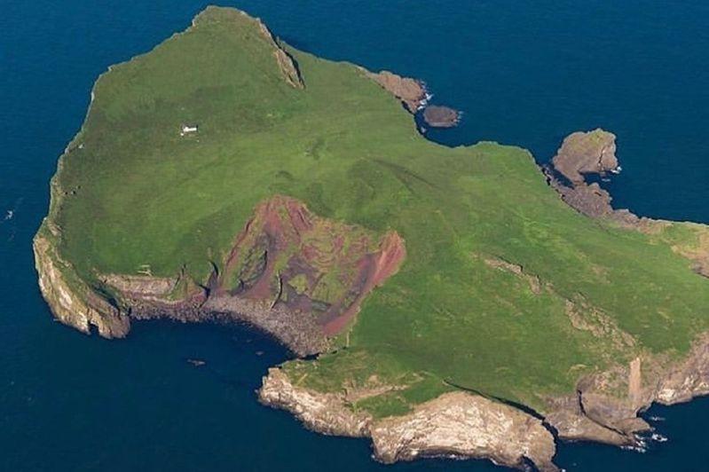 冰岛南部离岛艾礼莱岛空拍照,可见到网友戏称为「世界最寂寞小屋」的白色建筑。画面翻摄:IG/theadventuresland(photo:UDN)