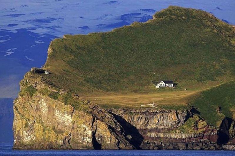 冰岛南部离岛艾礼莱岛自1930年代后就荒废至今,却盖着一栋小小的白色建筑,在社群媒体与Reddit论坛引发热议。画面翻摄:IG/theadventuresland(photo:UDN)