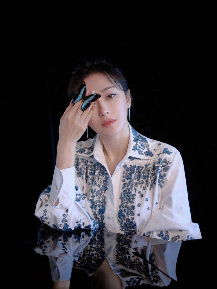 秦嵐優雅演繹Valentino Bluegrace珠飾刺繡襯衫式洋裝。圖/Val...