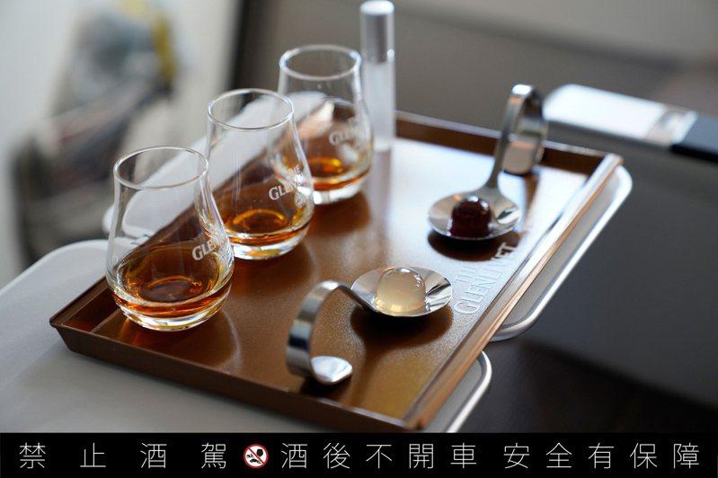 全台首創高空品酒會專屬品飲組,包括格蘭利威13年、格蘭利威13年原酒與兩款太空膠囊(左起)。圖/保樂力加提供