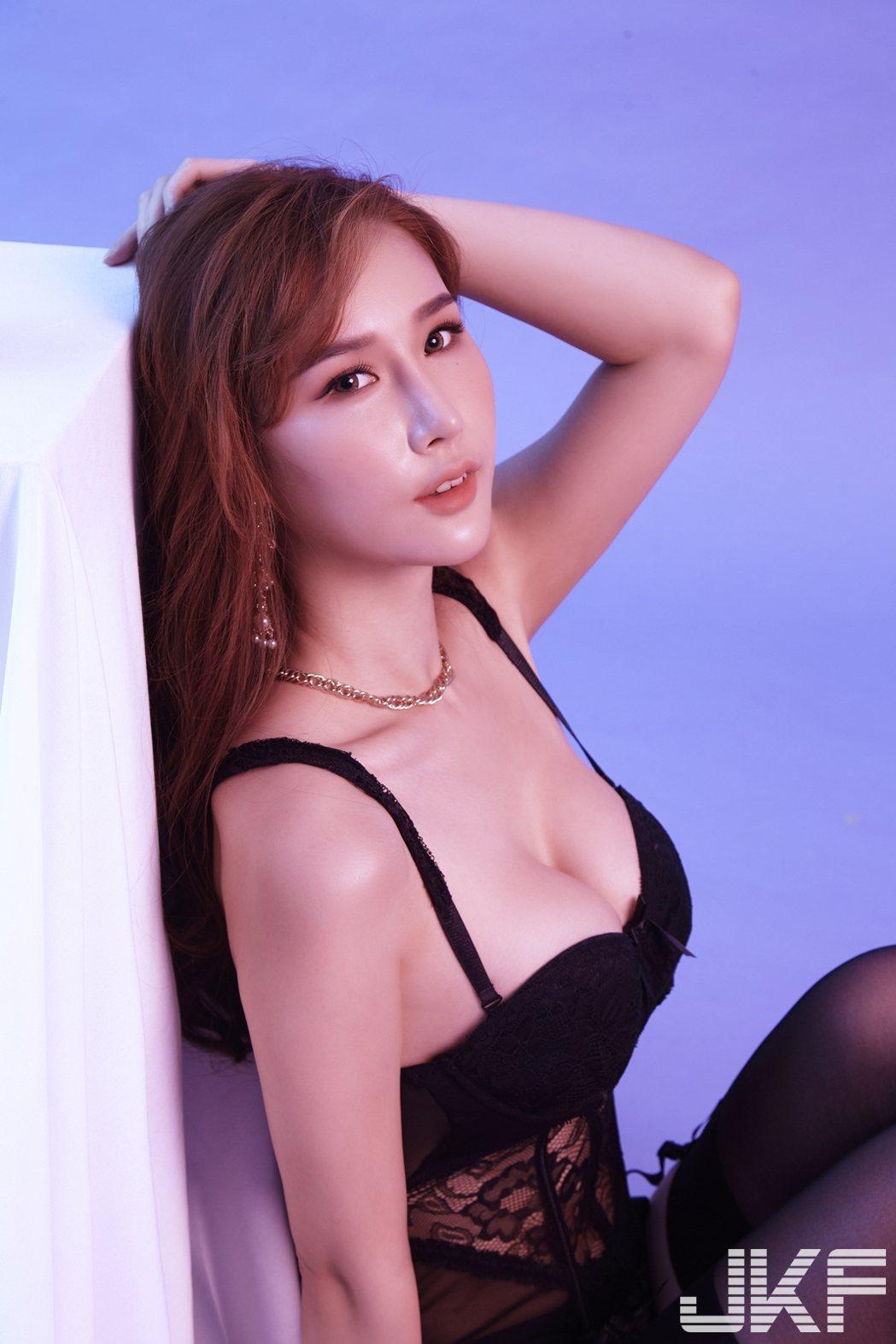 夢夢擔任JKF雜誌12月號封面女星。圖/JKF提供