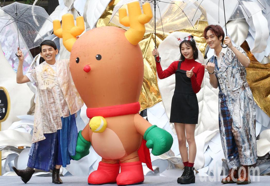 黃子佼(左)與「那對夫妻」京燁合唱新歌「當你麋鹿」,右2為MV女主角邵奕玫。記者...