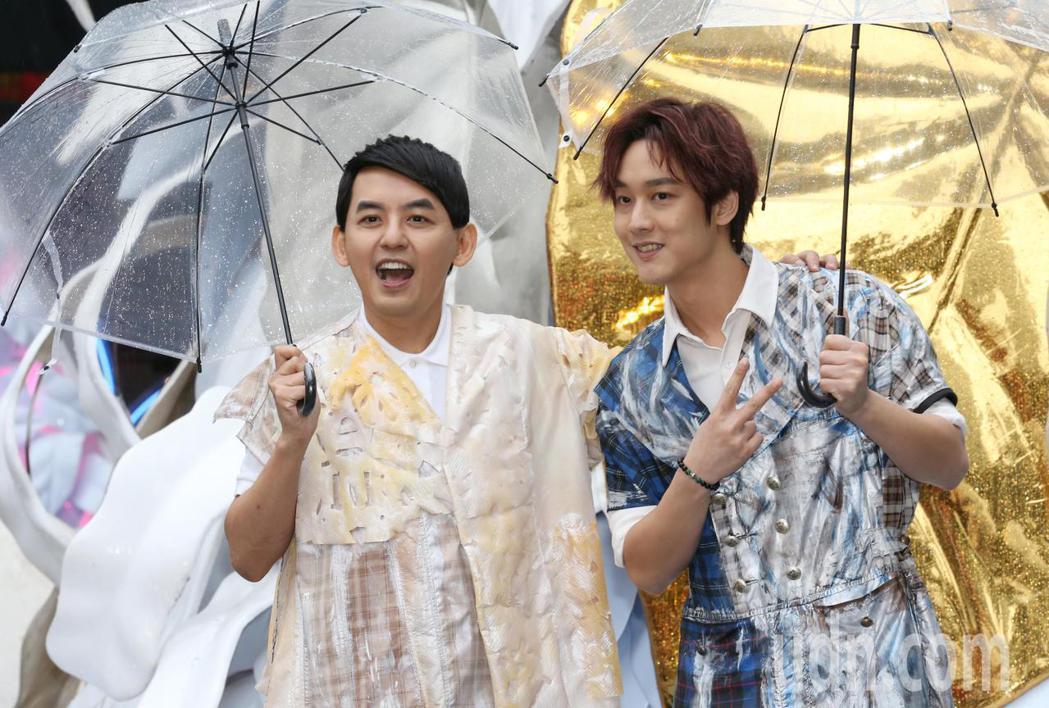 黃子佼(左)與「那對夫妻」京燁合唱新歌「當你麋鹿」。記者曾學仁/攝影