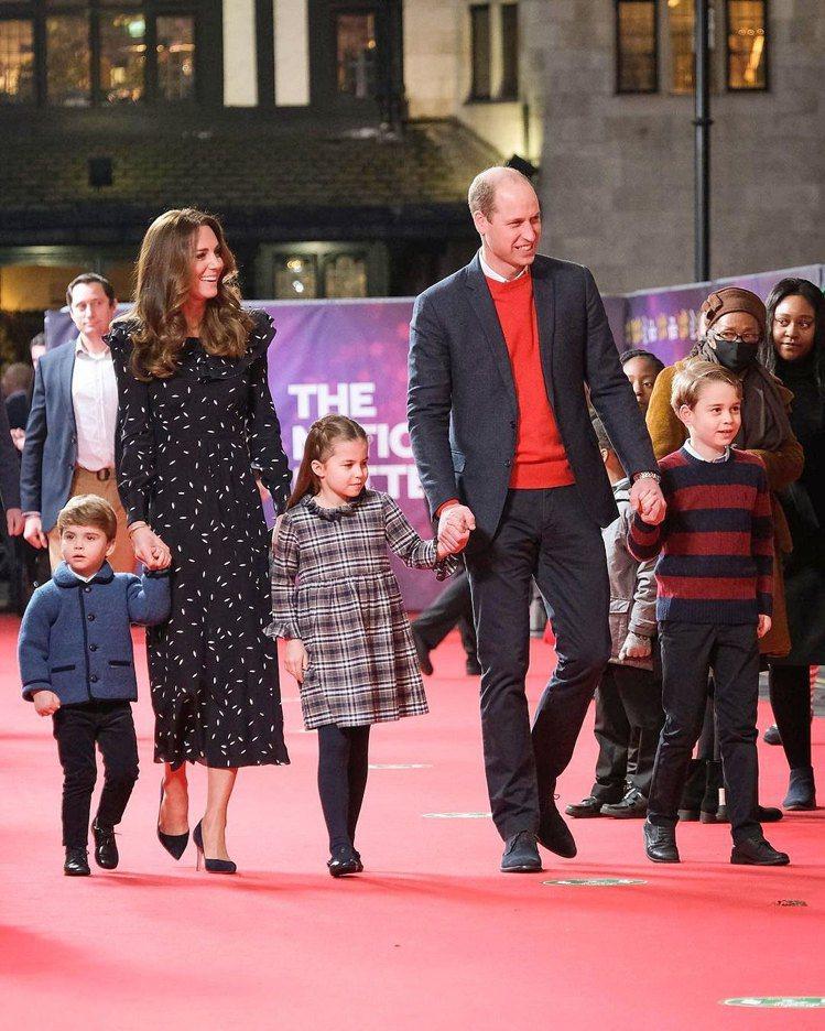 英國劍橋公爵家的夏綠蒂公主(中),穿上格紋洋裝出席倫敦西區的倫敦帕拉丁劇院活動,...