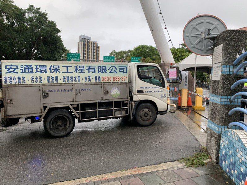 據傳北桃水肥業者前往迪化汙水廠抗議,北市表示均為正常投放的水肥車輛。圖/北市衛工處提供
