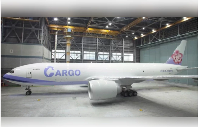 華航公布777貨機的新外觀,除了縮小CHINA AIRLINE字樣,並在大大的貨機英文字CARGO字母C中,顯示台灣地圖的形狀。圖/華航提供