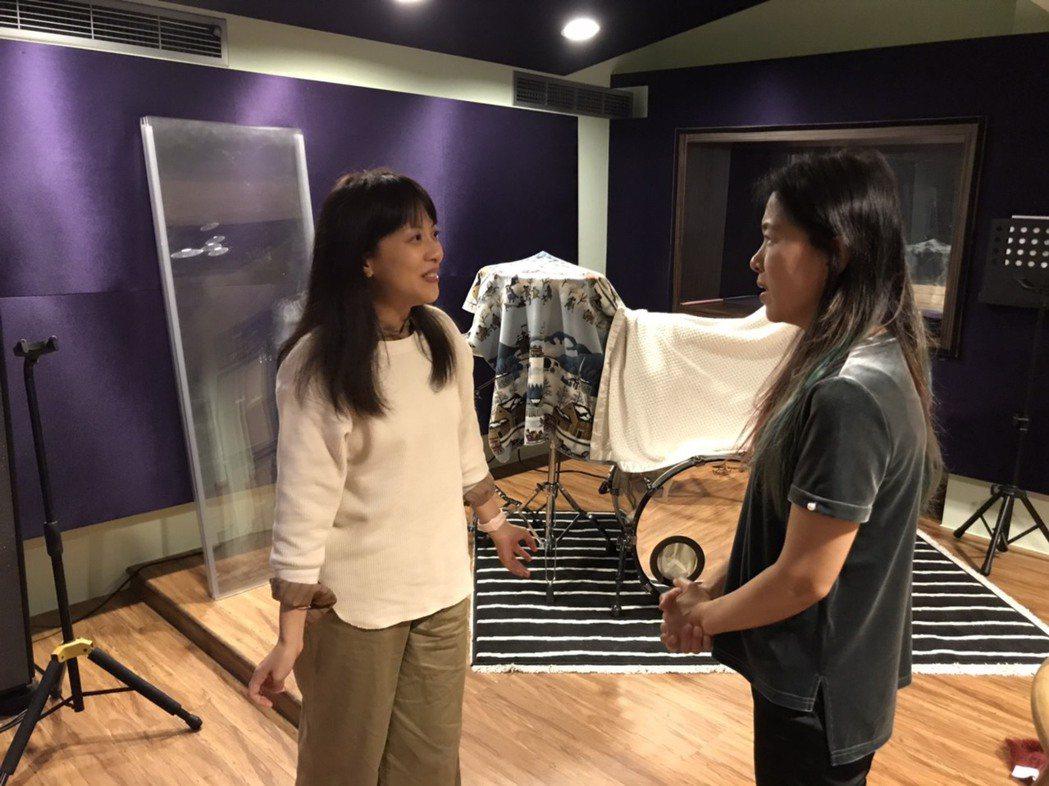 李淑楨(左)與當年「魯冰花」主唱曾淑勤暌違31年再合作。圖/大愛台提供