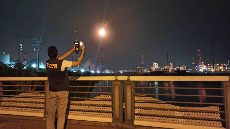 中油林園廠四輕故障,導致燃燒塔排黑煙。圖/高市環保局提供
