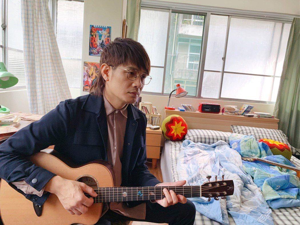 羅文裕用哥哥留下的遺物吉他創作新歌藉以悼念。圖/大賞門文化提供