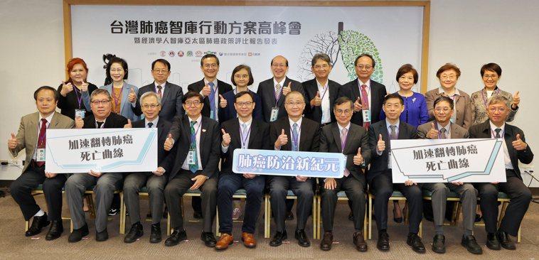 過去廿年肺癌一直是台灣癌症死亡的首位,四大癌症醫學會、兩大病友團體與聯合報健康事...