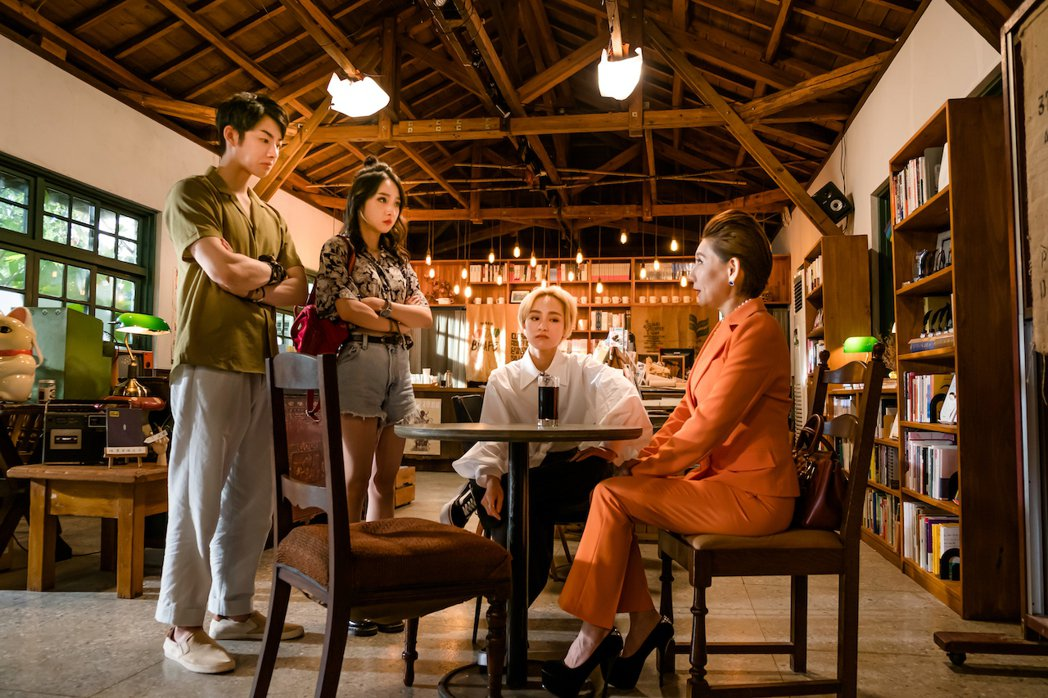 蕭子墨(左起)、李沐、陳加恩在「不讀書俱樂部」中,面對原書店老闆娘郎祖筠,不知未...