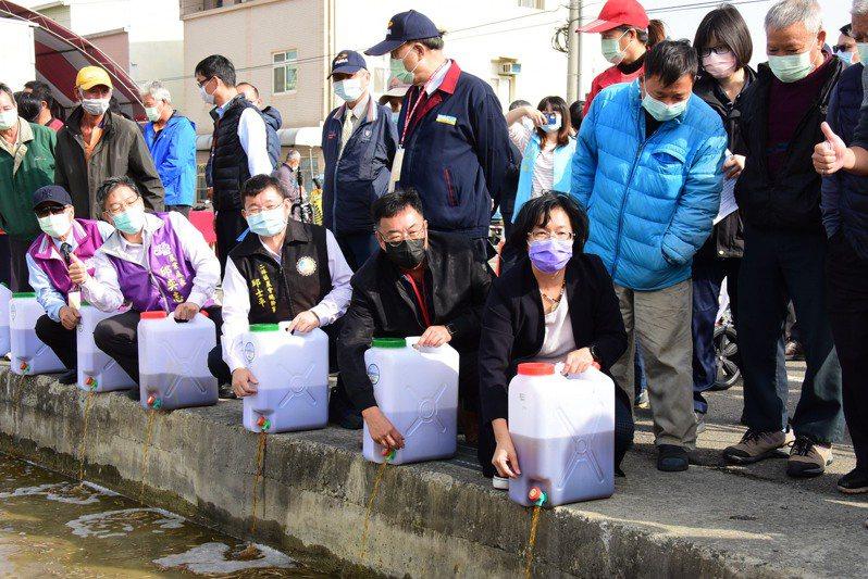 彰化縣長王惠美(前排右1)昨到二林鎮參加液態稻草分解菌及農友操作清洗農機觀摩會,並實際操作。記者林宛諭/攝影