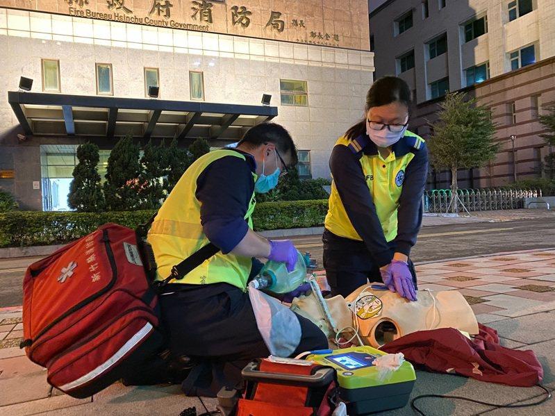 消防隊員黃皓賓(左)及黃玉喬(右)為培養臨場感和練膽量,把練習場地移到分隊門口。圖/新竹縣消防局提供