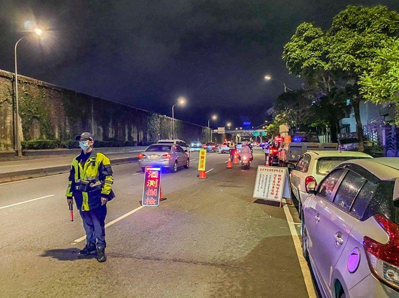 大同分局今年至今已舉發165件車輛改裝車體,3萬1361件超速行駛,日前深夜配合環保局在環河北路執行靜城專案,一晚查獲50件改裝汽、機車噪音超標案件。記者蔡翼謙/翻攝