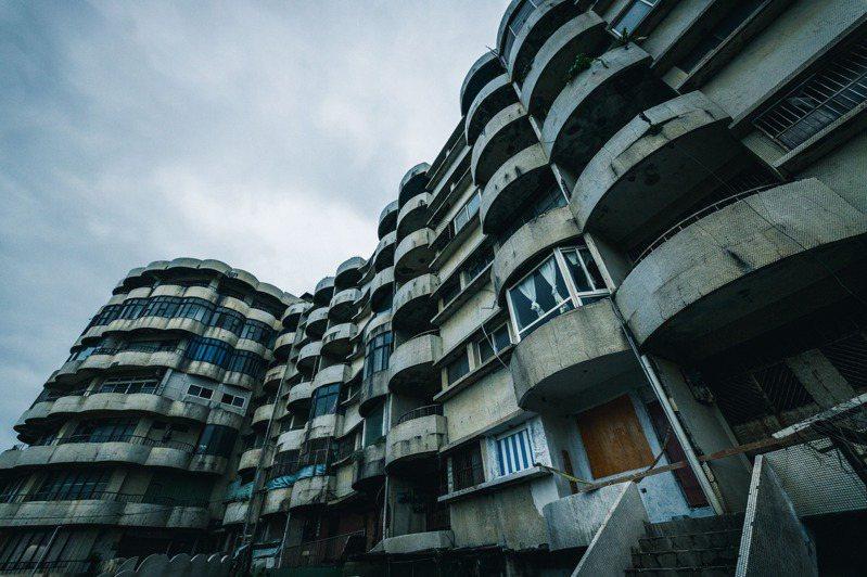 海灣新城因房屋外觀破損、缺乏管理,被稱為北海岸3大鬼屋之一 。圖/新北城鄉局提供