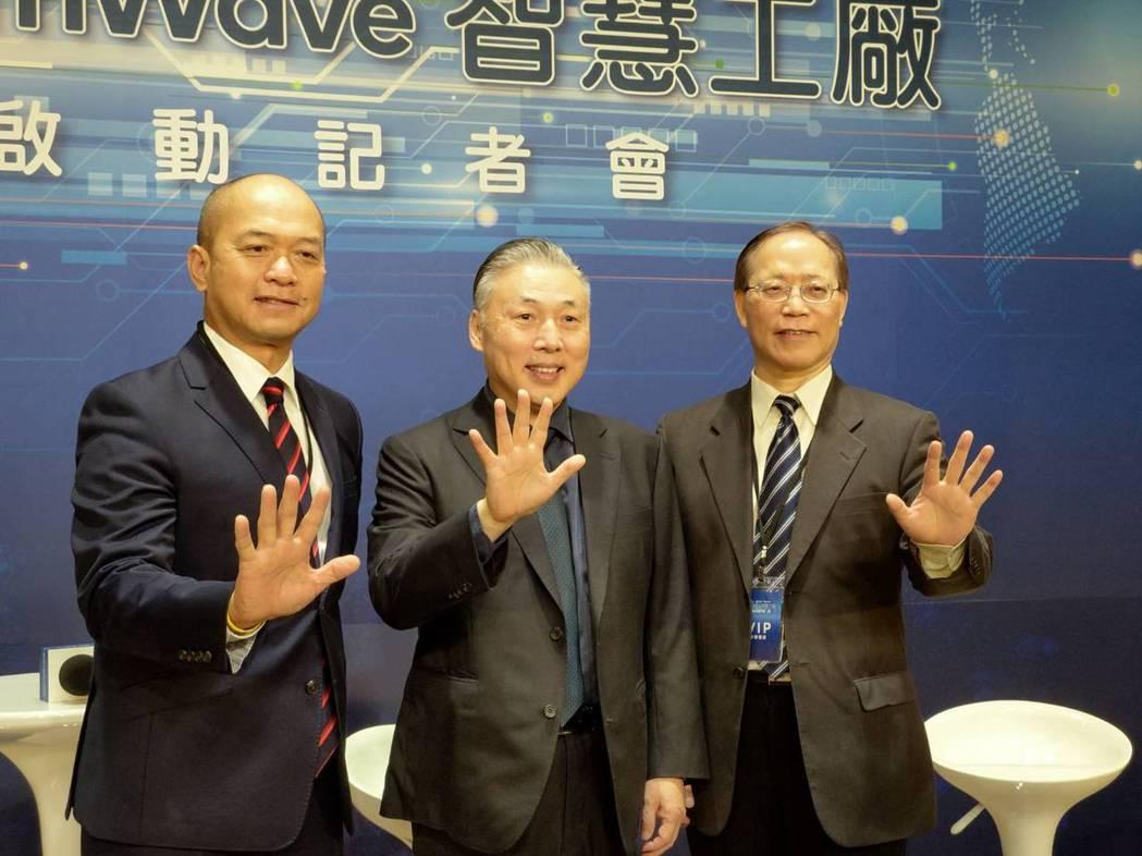高通、中華電信與日月光共同打造全球首座5G毫米波企業專網智慧工廠。左起為高通台灣...