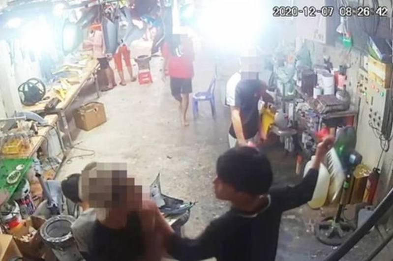 V上班时被突然持刀冲进的同事砍到重伤。(闭路电视画面)(photo:UDN)