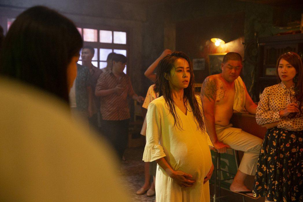 蔡依林在新歌MV中首度裝假肚扮孕婦。圖/凌時差提供