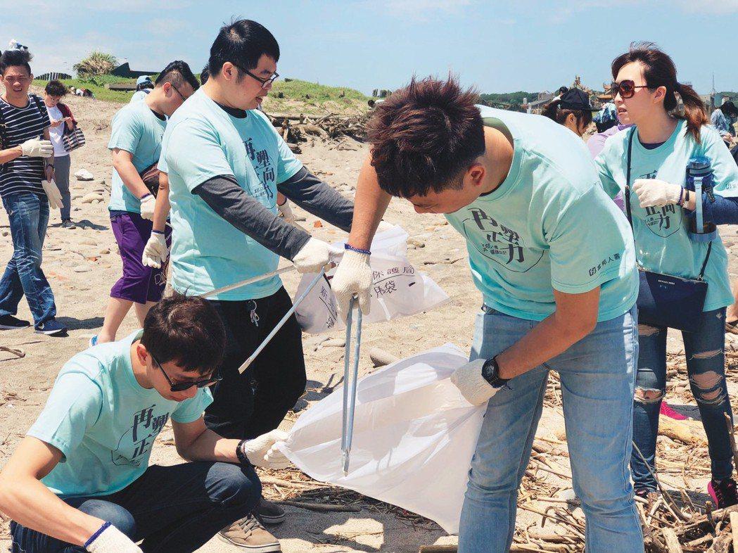 富邦人壽長期落實綠色經營,積極推動「減塑三部曲」,將淨灘的廢棄物再製成日常生活用...