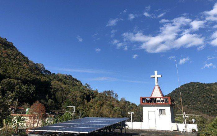 在台灣再生能源推動聯盟協助下,比亞外部落透過企業贊助,在部落居民重要的聚會場地教...