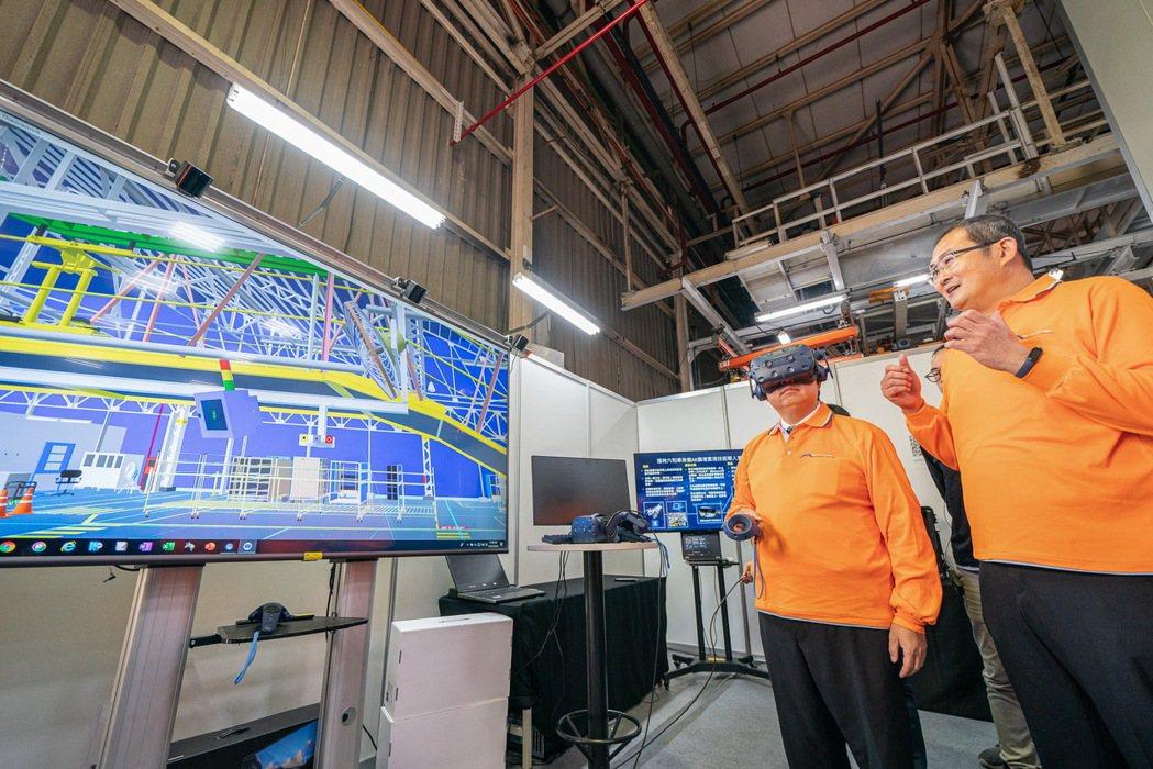桃園市市長鄭文燦於福特六和智慧工廠現場實際體驗AR擴增實境與VR虛擬實境。 圖/...