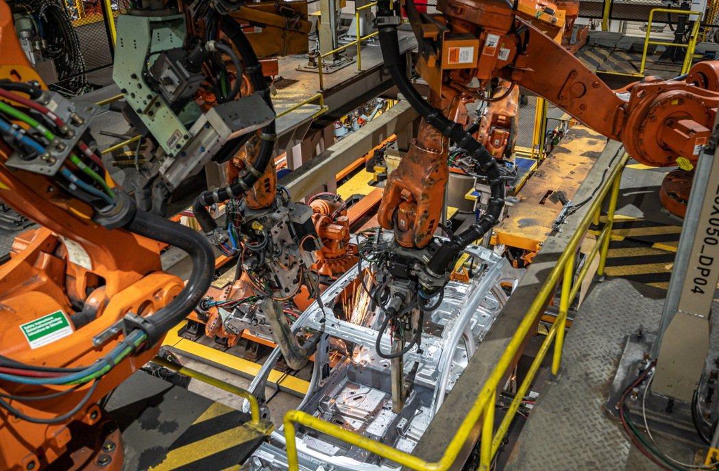 智慧製造包含了全台第一條彈性車身產線,可容納至多4款車型於同一產線生產,將產品開...