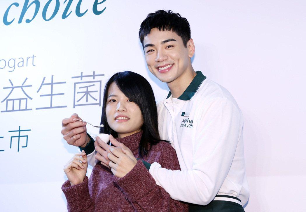 藝人禾浩辰(右)出席食品代言活動,化身一日店長與粉絲親切互動。記者杜建重/攝影
