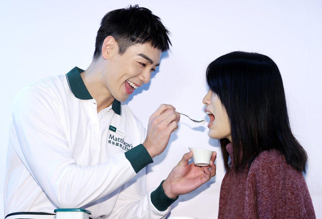藝人禾浩辰(左)出席食品代言活動,化身一日店長與粉絲親切互動。記者杜建重/攝影