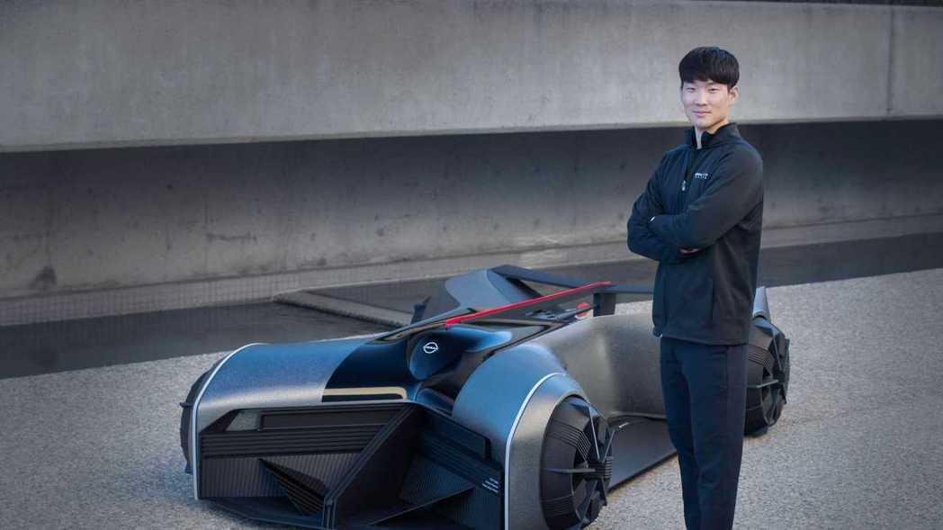 Nissan GT-R (X) 2050與設計師Jaebum Choi。 圖/N...