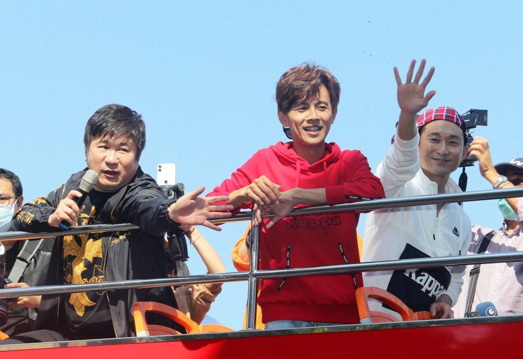 高雄「2021跨百光年」跨年晚會今年邀請到綜藝大哥胡瓜(左)搭配天團「浩角翔起」...