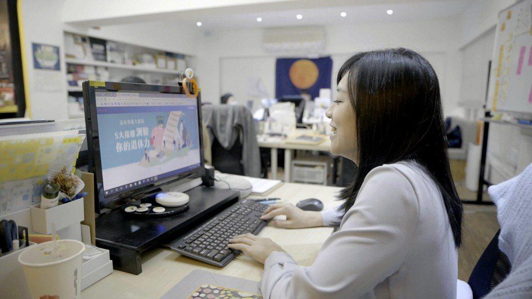 現年35歲的社企流創辦人林以涵,是被夾在年輕人和老年人之間的中堅世代。她在「退休...