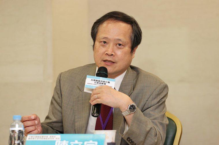 癌症治療已趨慢性病化,中華民國癌症醫學會理事長陳立宗認為,癌症治療已不是5、6年...