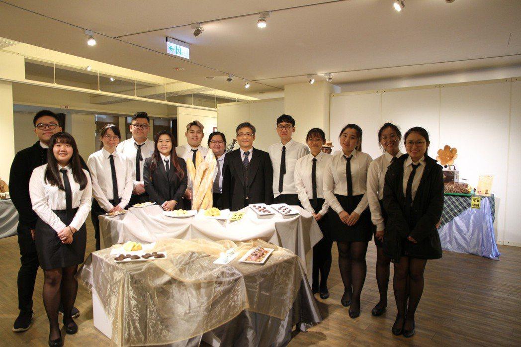 元培林志城校長(中)參觀38期海青班畢業學生作品並合影。 元培/提供