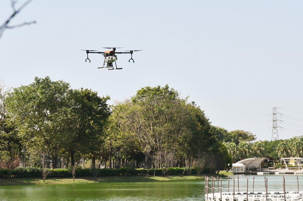 明道大學精緻農業系無人機水上投餌展示。 黃啟銘/攝影。
