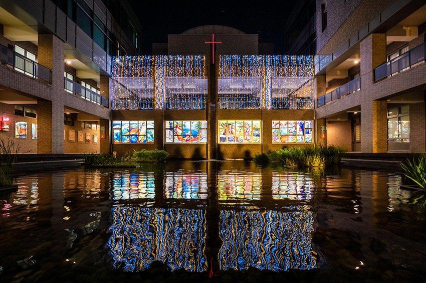 中原大學今年最著名的聖誕景點莫過於全人教育村的雕花玻璃。 中原大學/提供
