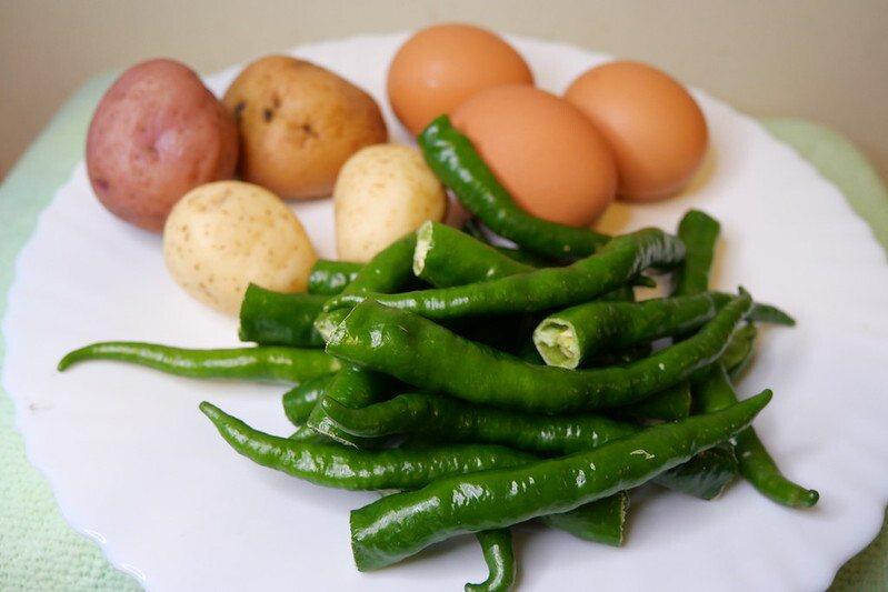 將剩下的口徑較小的糯米椒,另起一鍋再做一道也是家常菜的「糯米椒烘蛋」,也是美味的好吃。
