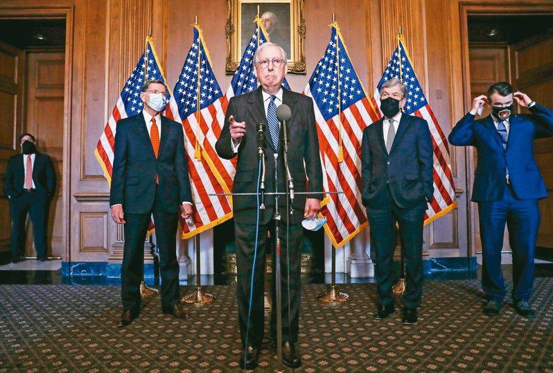 聯邦參院多數黨領袖麥康諾(中)十五日與其他黨籍議員共同舉行記者會。(美聯社)